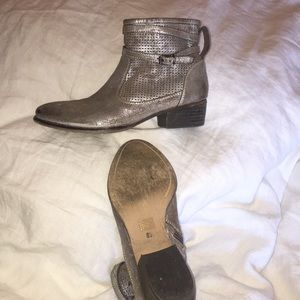 , Seychelles rubbed silver booties 8.5